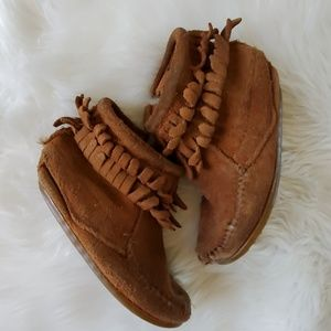 Minnetonka 8 brown moccasin fringe play cond.